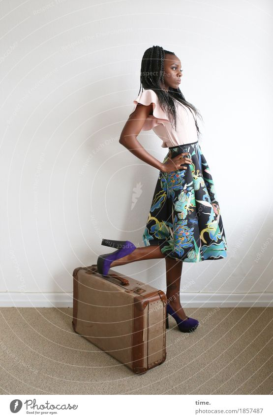 . Raum feminin 1 Mensch Hemd Kleid Koffer Damenschuhe Haare & Frisuren schwarzhaarig langhaarig beobachten festhalten Blick stehen warten schön selbstbewußt