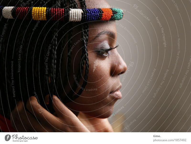. feminin 1 Mensch Schmuck schwarzhaarig langhaarig Rastalocken beobachten Denken festhalten Blick warten schön Leidenschaft Schutz Wachsamkeit Gelassenheit