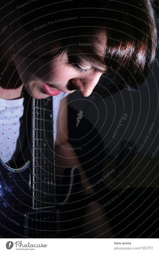 die andere saite Jugendliche Gesicht dunkel sprechen feminin Musik Erwachsene T-Shirt Punkt Gitarre Saite schwarzhaarig Rockabilly Junge Frau Kultur 18-30 Jahre