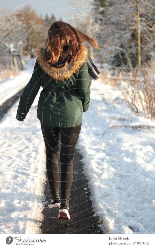 Ich bin ein dicker Tanzbär und komm aus dem Wald feminin Junge Frau Jugendliche 1 Mensch 8-13 Jahre Kind Kindheit Tanzen Natur Sonne Winter Schönes Wetter Eis