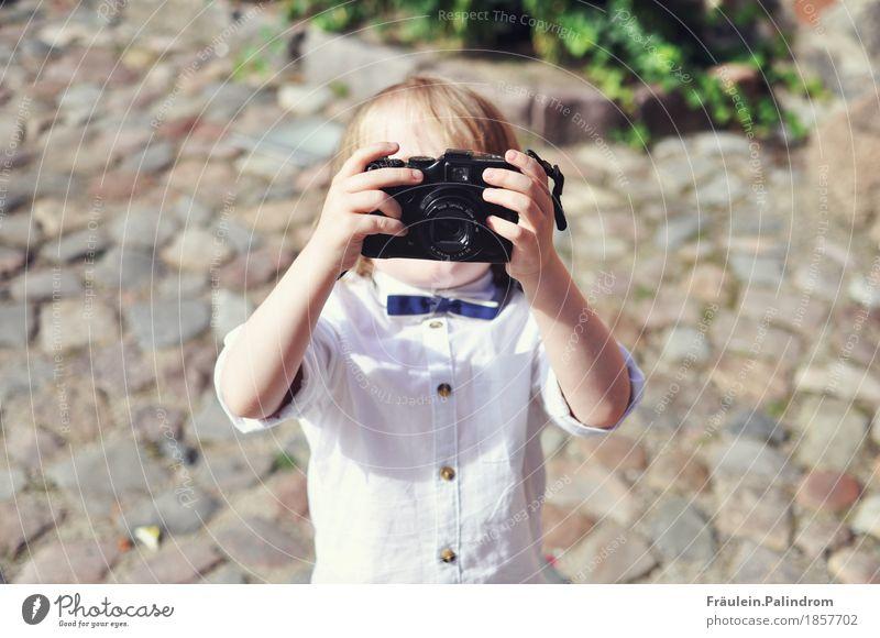 Fotograf. Kind Junge klein Kunst Stimmung maskulin Kindheit Ewigkeit Fotografie Coolness Medien Veranstaltung Filmindustrie verstecken Hemd Videokamera