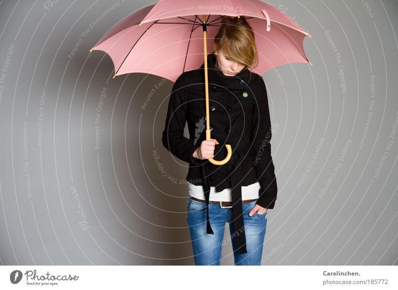 rosa Beschützer. Mensch Jugendliche kalt feminin Traurigkeit Regen Erwachsene hell blond Sicherheit Jeanshose Schutz festhalten Regenschirm 18-30 Jahre Ohrringe