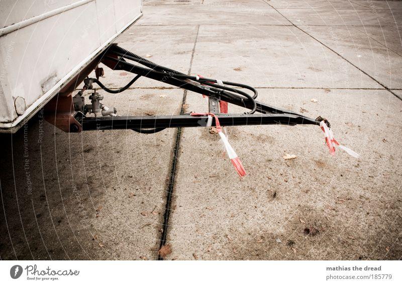 ANHÄNGSEL rot Straße dunkel grau PKW Schilder & Markierungen Beton Verkehr trist Stahl Lastwagen Fahrzeug parken Parkplatz bewegungslos Verkehrsmittel