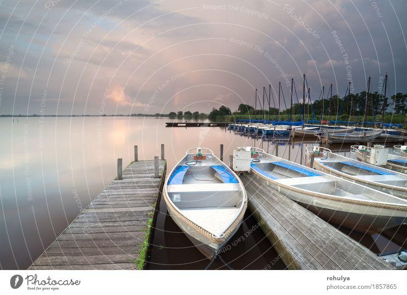 Boote und Yacht von Pier am großen See Natur Landschaft Himmel Wolken Regen Teich Hafen Jacht Wasserfahrzeug Holz Fitness Abenteuer Anlegestelle Sonnenuntergang