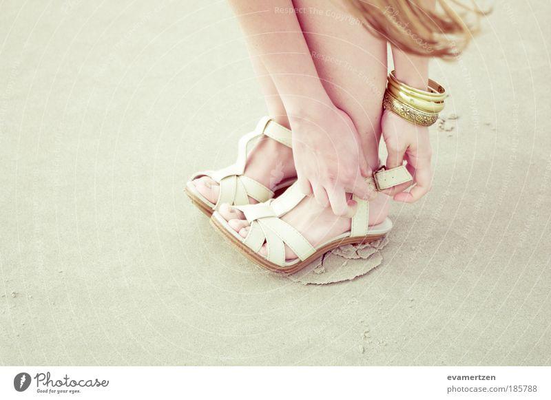 heel Mensch Hand schön Sommer Strand gelb Stil Beine Mode hell Fuß Feste & Feiern Schuhe gold elegant frisch