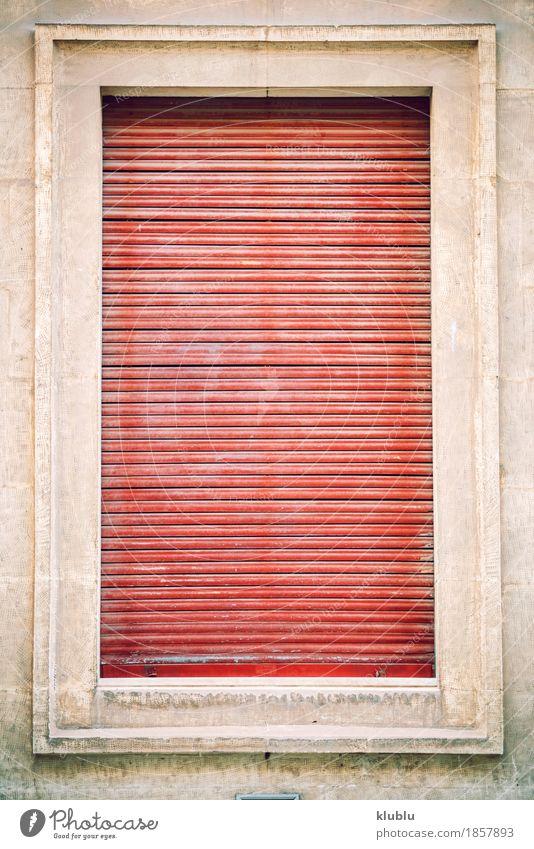 Alte Hausfensterfassade mit roten Vorhängen Design Wohnung Dekoration & Verzierung Kunst Hochsitz Gebäude Architektur Fassade alt dreckig historisch retro grau