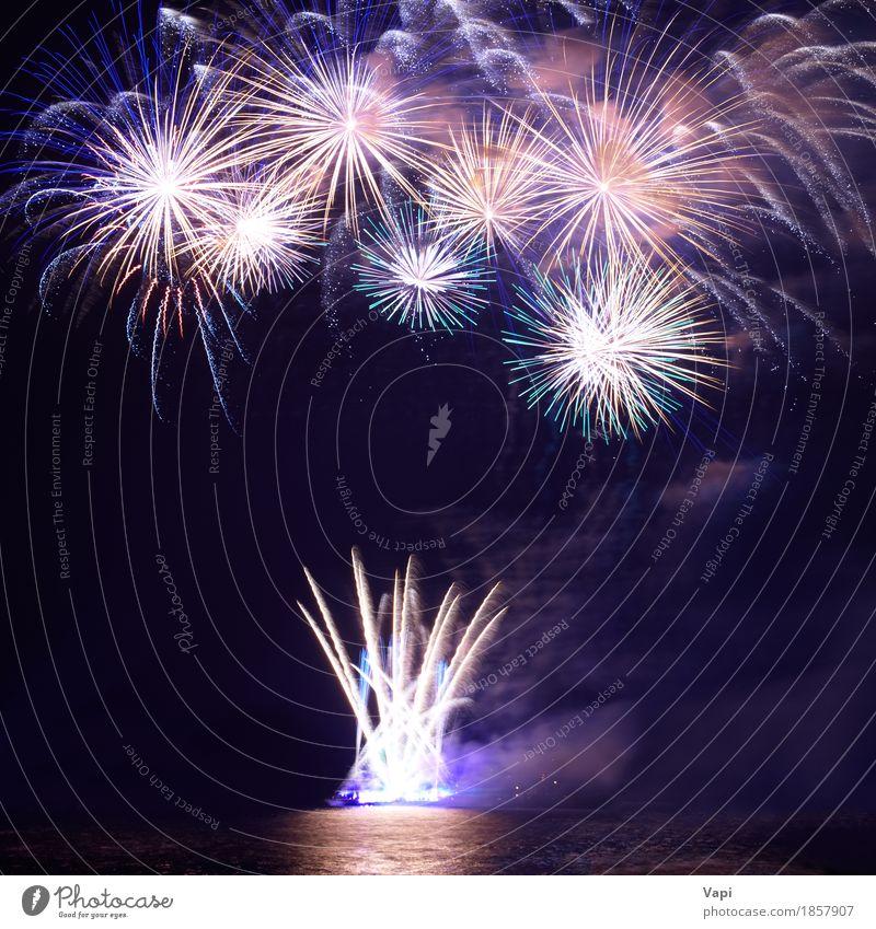 Buntes Feuerwerk mit Wasserreflexion Himmel blau Weihnachten & Advent Farbe weiß rot Freude dunkel schwarz Freiheit Feste & Feiern Party See orange hell Wellen