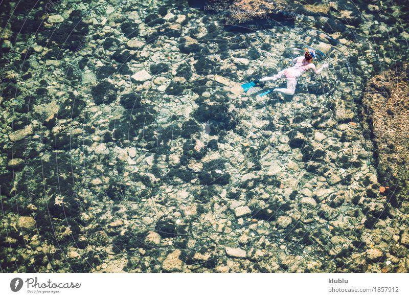 Frau im Meer schwimmen Lifestyle exotisch Freude Glück schön Erholung Schwimmbad Ferien & Urlaub & Reisen Freiheit Sommer Strand Sport Mensch Mädchen Erwachsene