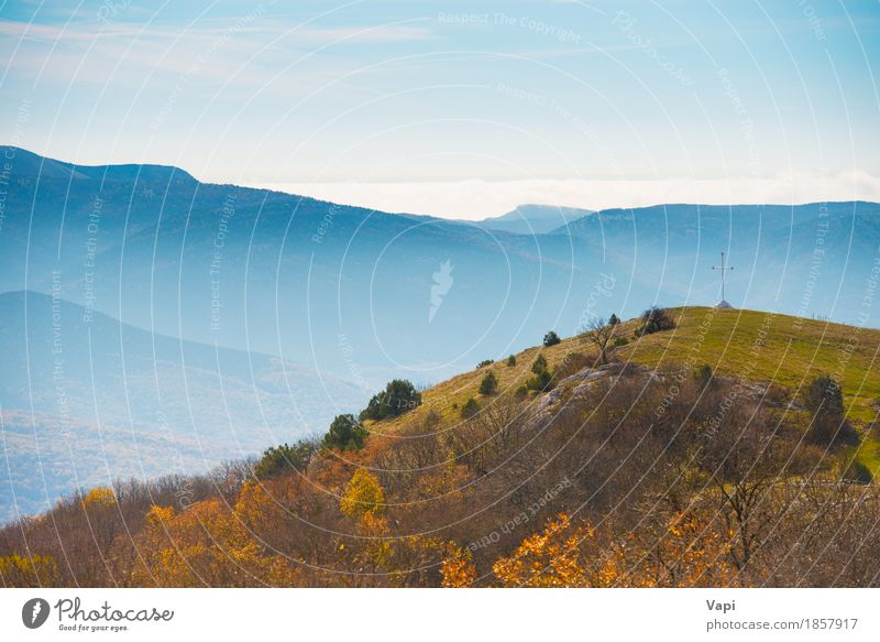 Blaue Berge bei Sonnenuntergang mit Wald Himmel Natur Ferien & Urlaub & Reisen blau Sommer grün weiß Baum Landschaft Wolken Berge u. Gebirge Umwelt gelb Wiese