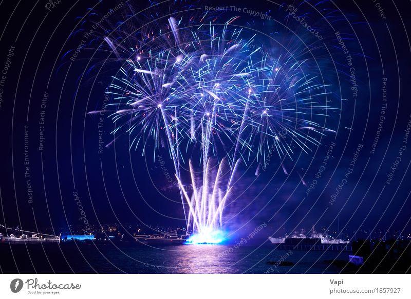 Blaue bunte Feuerwerke mit Wasserreflexion Himmel blau Weihnachten & Advent Farbe weiß rot Freude dunkel schwarz Freiheit Feste & Feiern Party See rosa hell