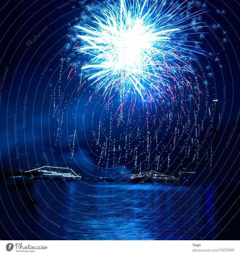 Blaue Feuerwerke auf dem schwarzen Himmel blau Weihnachten & Advent Farbe Wasser weiß rot Freude dunkel Kunst Freiheit Feste & Feiern Party See hell