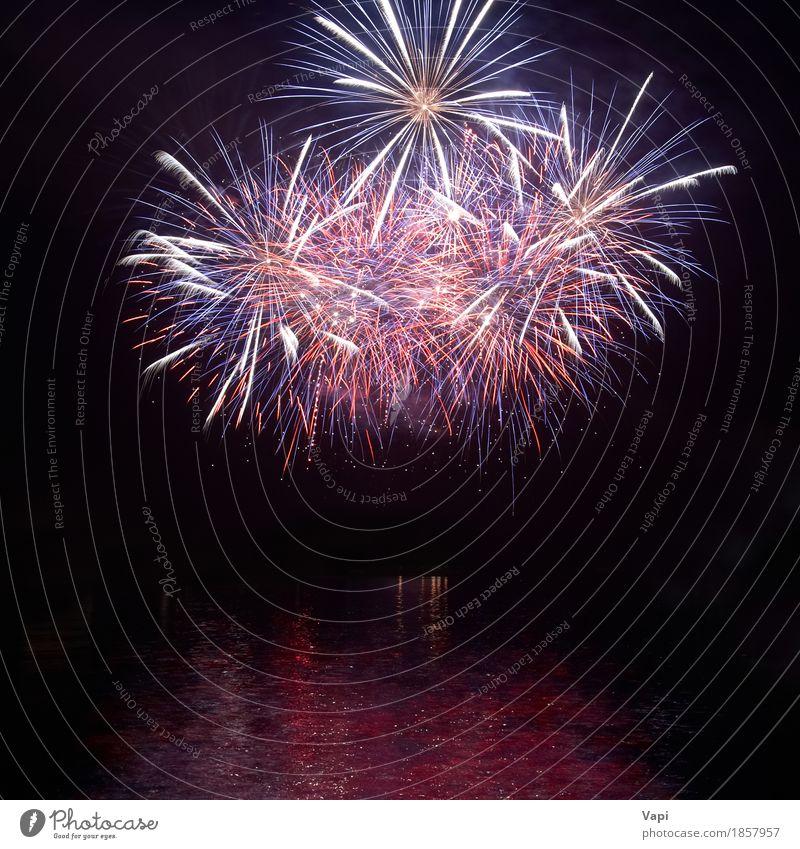 Buntes Feiertagsfeuerwerk mit Wasserreflexion Himmel blau Weihnachten & Advent Farbe grün weiß rot Freude dunkel schwarz Feste & Feiern Party See hell Wellen