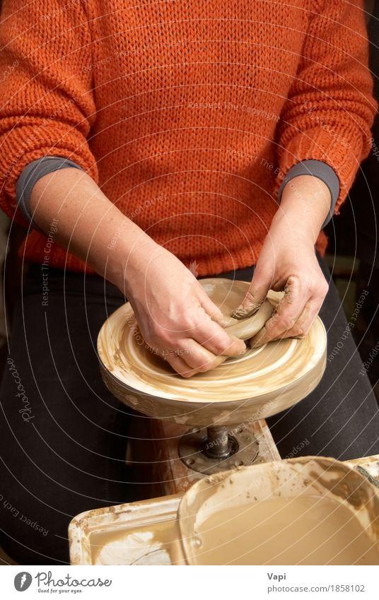 Weibliche Hände, die Tongefäß bilden Geschirr Teller Schalen & Schüsseln Topf Tasse Becher Freizeit & Hobby Basteln Arbeit & Erwerbstätigkeit Beruf Arbeitsplatz