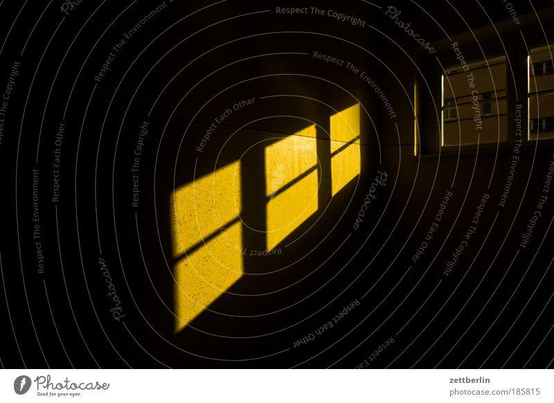 Fenster dunkel Fenster Freiheit Perspektive Hoffnung Ecke Ziel Sehnsucht gefangen Nacht Zimmerecke Treppenhaus Justizvollzugsanstalt Raum Fensterkreuz Mondschein