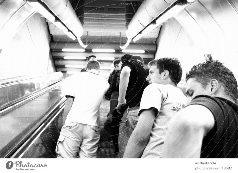 Rolltreppe stehen Mensch Ferien & Urlaub & Reisen London Underground Verkehr warten Automatisierung Bewegung Blick Arme Eisenbahn