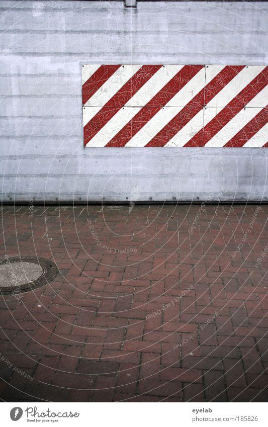 Indiana Zebra weiß Stadt rot Haus Wand Architektur Mauer Gebäude Tür Fassade Schilder & Markierungen Platz Sicherheit Hinweisschild Streifen bedrohlich