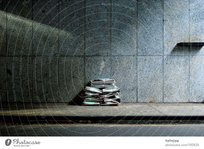 meinungsbild(n)er Wand Mauer Arbeit & Erwerbstätigkeit Papier Schriftzeichen Bildung Holz Zeitung Medien Werbung Wirtschaft Stapel Recycling Börse Presse