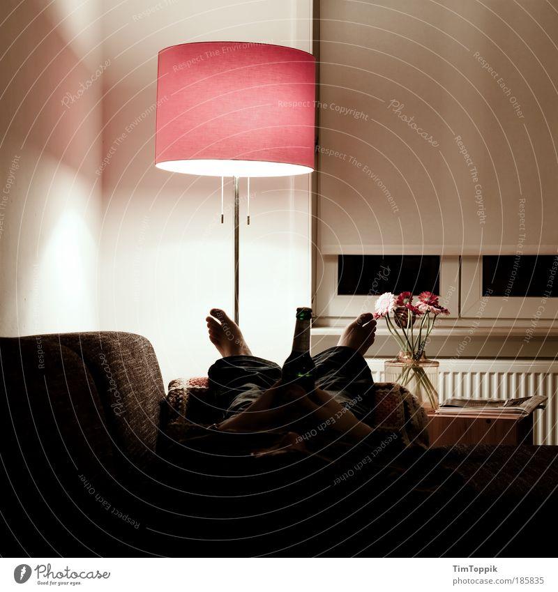 Bayern vs Haifa 2. Halbzeit Mensch Erwachsene Erholung Wohnung maskulin liegen schlafen Lampe Häusliches Leben 18-30 Jahre Bier Sofa Wohnzimmer Alkohol Raum