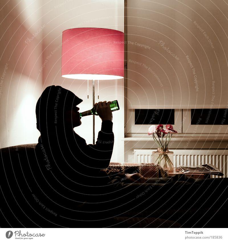 Bayern vs Haifa 1. Halbzeit Erwachsene Erholung Lampe Wohnung maskulin Häusliches Leben trinken Mensch 18-30 Jahre Bier Sofa Fernsehen Wohnzimmer Alkohol Möbel Fernsehen schauen