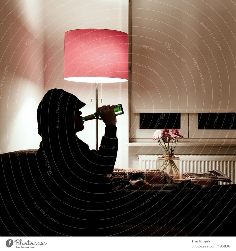 Bayern vs Haifa 1. Halbzeit maskulin Fernsehen schauen trinken Blick Lampe Wohnzimmer Bier Alkohol Alkoholsucht Stehlampe Häusliches Leben Wohnung Sofa