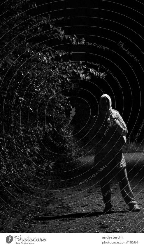 Im Regen... Mensch dunkel Wind warten nass stehen Sträucher Kapuze Trainer Schotterweg