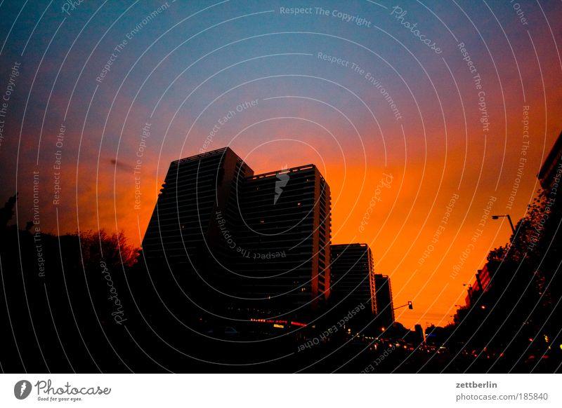 Leipziger Straße Haus Wolken Straße Farbe Berlin Farbstoff Gebäude Straßenverkehr Wetter Hochhaus Skyline Stadtzentrum Abenddämmerung November Meteorologie Feierabend