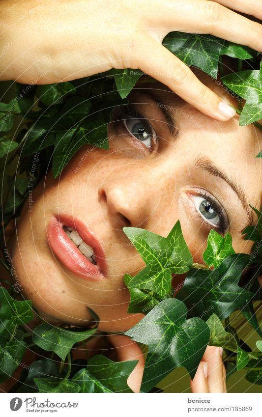 Die Natur rächt sich frau Mensch schreien bewachsen verwachsen Kletterpflanzen Pflanze Blatt gefangen Justizvollzugsanstalt Umwelt Rache Umweltschutz Porträt