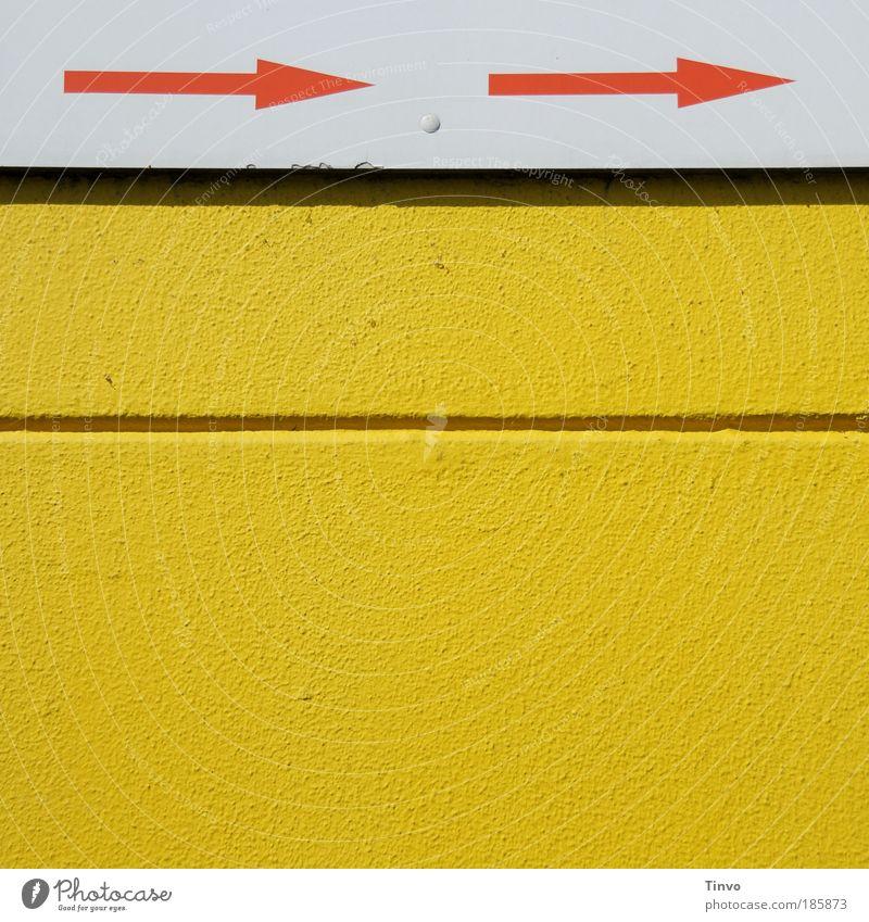 -> . -> Mauer Wand gelb rot weiß graphisch Pfeile Schilder & Markierungen Richtung richtungweisend Furche Außenwand Farbfoto Außenaufnahme Menschenleer