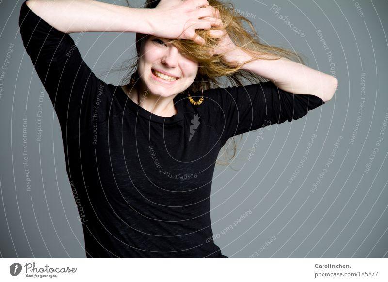 Lachen ist gesund. feminin Junge Frau Jugendliche 1 Mensch 18-30 Jahre Erwachsene Pullover Ohrringe Lächeln lachen leuchten blond dünn hell lustig natürlich