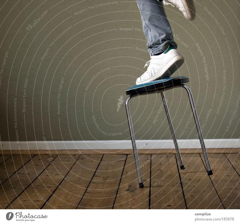 89% aller Unfälle Mann Schuhe Erwachsene Holz Beine fliegen Fuß Raum Angst Häusliches Leben Tanzen verrückt Desaster Beruf Reinigen Mensch