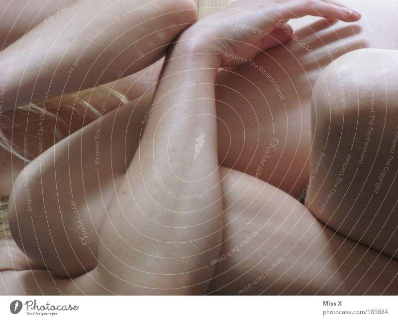nochmal naggsch schön Mensch Junge Frau Jugendliche Körper Haut Arme Hand Beine 1 18-30 Jahre Erwachsene liegen ästhetisch nah nackt Begierde Lust durcheinander