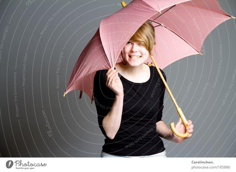 Schirmchen. Schirmchen. feminin Junge Frau Jugendliche 1 Mensch 18-30 Jahre Erwachsene Regen Pullover Ohrringe Regenschirm blond langhaarig Pony Lächeln lachen