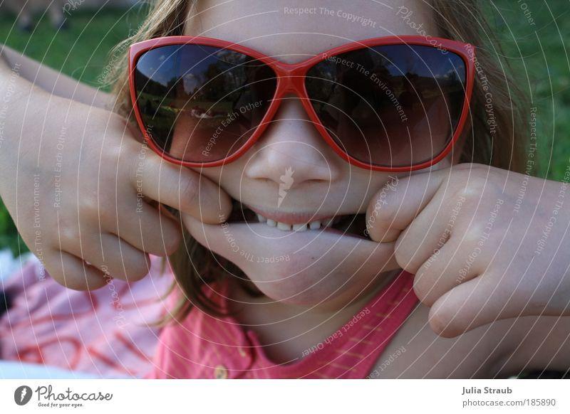 zeig mir deine zähne Mensch Kind Natur Mädchen schön rot Sommer Wiese feminin Gras Glück Brille lustig klein rosa