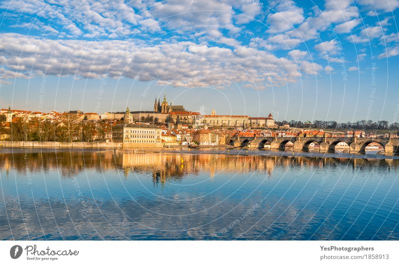 Prag Skyline und Wasser Reflexion Himmel Natur Ferien & Urlaub & Reisen blau Landschaft Wolken Architektur Gebäude Tourismus Textfreiraum Ausflug gold