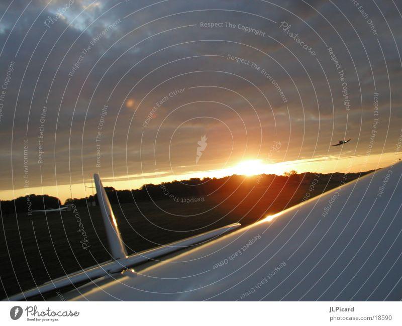Landung bei Sonnenaufgang Flugplatz Flugzeug Segelflugzeug Gegenlicht Extremsport sunrise Flugzeuglandung