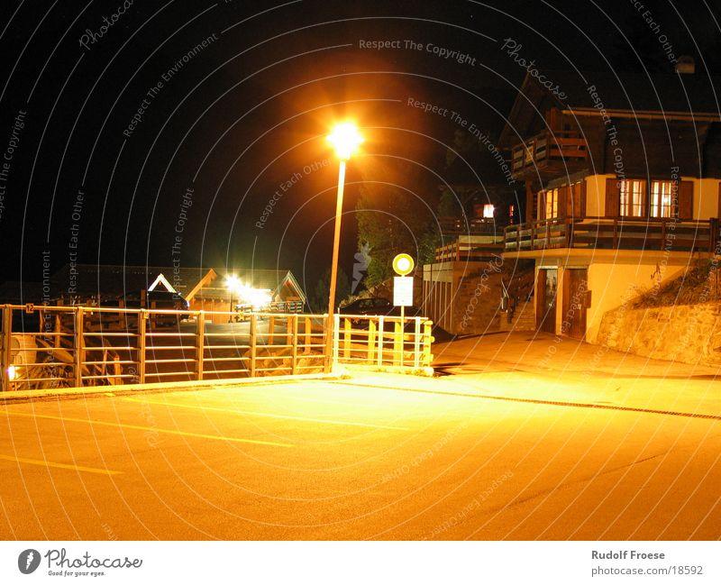 Nacht im Lampenlicht Lampe Architektur Schweiz Bauernhof Zaun Herberge