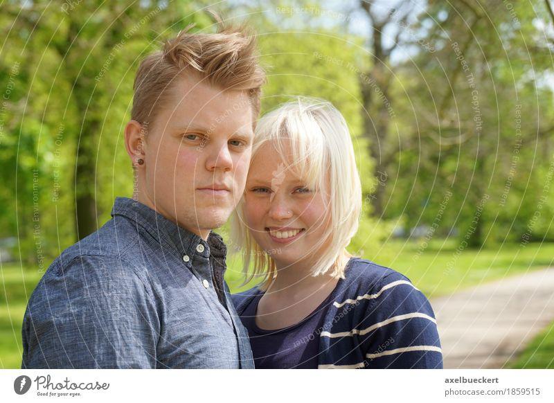 junges Paar im Park Mensch Frau Natur Jugendliche Mann Sommer Junge Frau Junger Mann Erholung Freude 18-30 Jahre Erwachsene Liebe Lifestyle feminin