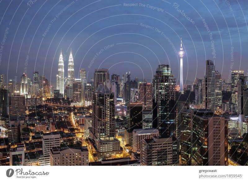 Nacht in Kuala Lumpur, Malaysia Stadt Hauptstadt Haus Hochhaus Gebäude Architektur Verkehr Straße Autobahn PKW Tatkraft Panorama Aussicht Stadtbild Petronas