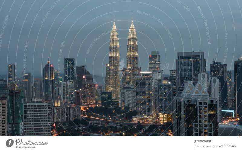 Abend in Kuala Lumpur, Malaysia Stadt Hauptstadt Haus Hochhaus Gebäude Architektur Verkehr Straße PKW Tatkraft Aussicht Panorama erleuchten Stadtbild Petronas