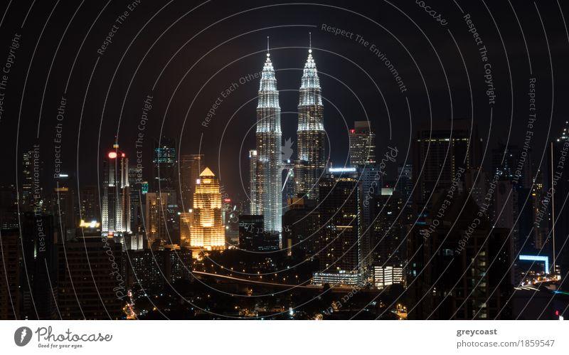 Nacht in Kuala Lumpur, Malaysia Stadt Architektur Gebäude Hochhaus Aussicht Fröhlichkeit erleuchten Asien Hauptstadt Mut horizontal Vientiane Großstadt