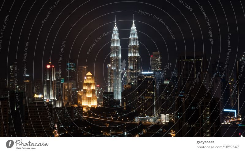 Nacht in Kuala Lumpur, Malaysia Stadt Hauptstadt Hochhaus Gebäude Architektur Fröhlichkeit Mut Stadtbild Aussicht Panorama Petronas erleuchten Turm Asien