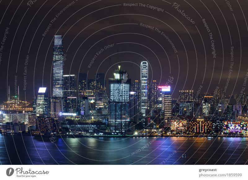 Symphonie der Lichter in der Nacht Hongkong. Beleuchtete Wolkenkratzer und bunte Reflexion im Wasser von Stadt Lichter Herbst Hauptstadt Haus Hochhaus Hafen