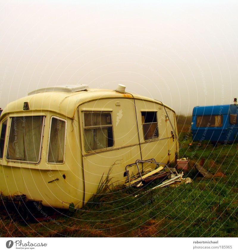 Sommerdatsche Ferien & Urlaub & Reisen Wiese Nebel kaputt Verkehr Camping schäbig Schrott Wohnwagen Anhänger Proletarier Müll Ferienhaus Campingplatz obdachlos