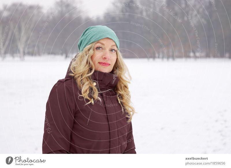 blonde Frau in Schneelandschaft Lifestyle Freizeit & Hobby Winter Mensch feminin Junge Frau Jugendliche Erwachsene 1 30-45 Jahre Natur Landschaft Park Mütze