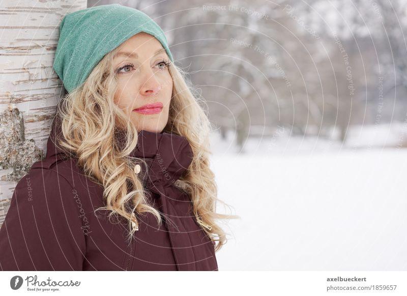 woman leaning against tree in winter Lifestyle Winter Schnee Mensch feminin Junge Frau Jugendliche Erwachsene 1 30-45 Jahre Natur Landschaft Eis Frost Baum Park