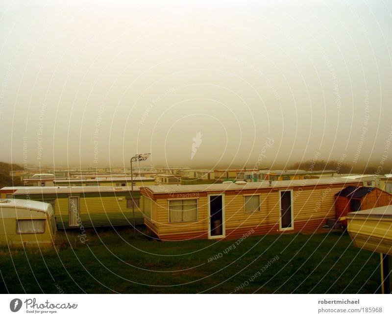 Trailerpark im Nebel Haus Einsamkeit Erholung frei authentisch bedrohlich Häusliches Leben gruselig trashig Mobilität Langeweile Camping schäbig Wohnmobil