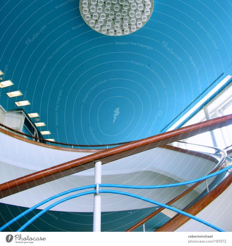Trepp auf Trepp ab Stil Design Haus Innenarchitektur Raum Veranstaltung Menschenleer Architektur Mauer Wand Treppe Fassade blau braun weiß treppengländer Lampe