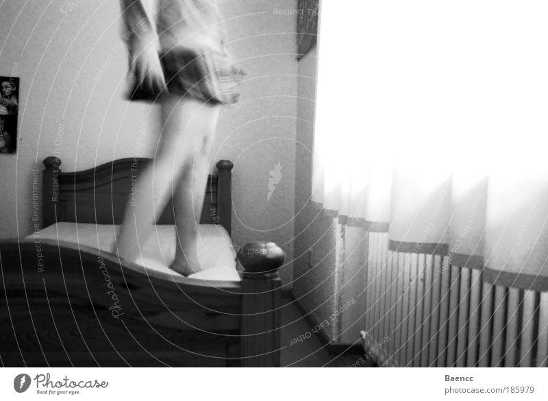 tanzen auf Matratzen Tanzen feminin Frau Erwachsene Arme Beine 1 Mensch 18-30 Jahre Jugendliche Kleid Pullover Bewegung genießen schwarz weiß Freude