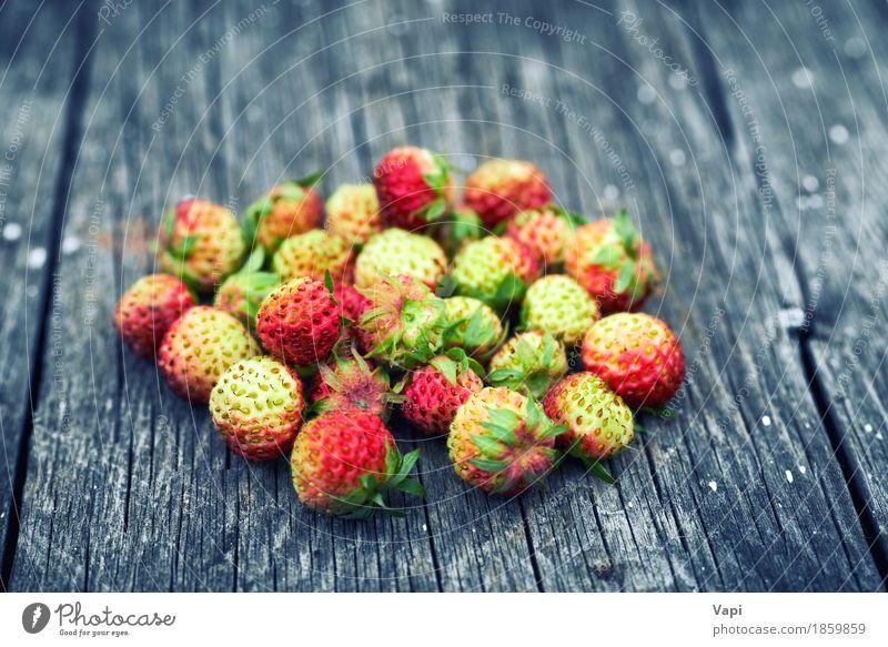 Bündel rote wilde Erdbeere Lebensmittel Gemüse Frucht Dessert Ernährung Frühstück Vegetarische Ernährung Diät Menschengruppe Natur Blatt Holz alt frisch lecker