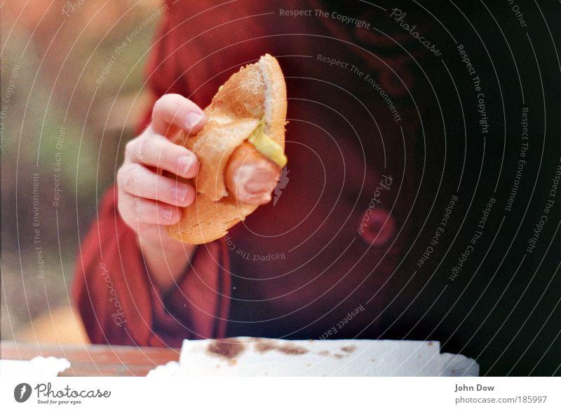 Bockwurst (100) Mensch Hand Ernährung Essen Finger Tisch festhalten Jacke Appetit & Hunger lecker Mantel Brötchen Knöpfe Mittagessen Wurstwaren Fastfood